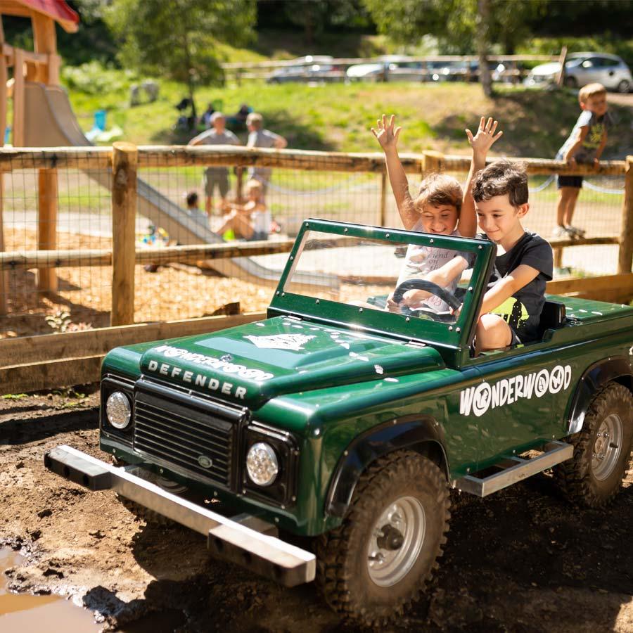 I bambini possono guidare la loro prima jeep a Wonderwood